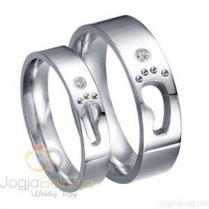 Kenang perjalanan bersama pasangan dengan sepasang cincin cantik dalam seri Cincin Tunangan Amlana. Desainnya yang menyuguhkan betuk telapak kaki menggambarkan perjalanan yang sudah dan akan ditemp…
