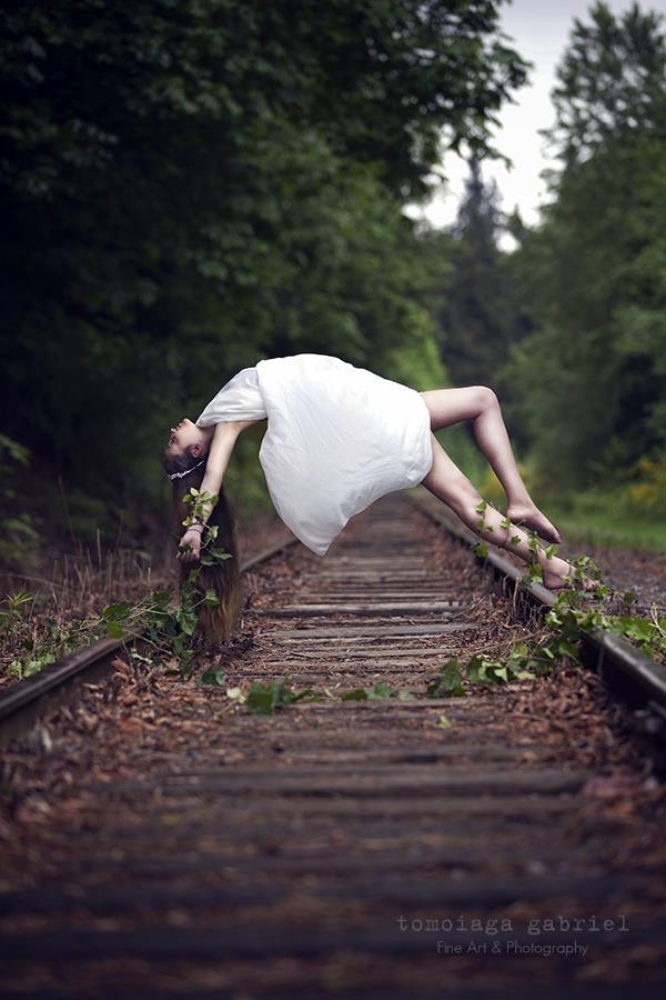 De aandacht wordt zeker gericht op het meisje dat boven de treinrails zweeft, en je kijkt eigenlijk nergens anders naar.