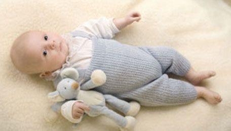Dejlige bukser i lyseblåt garn til en lille dreng, men de kunne lige så vel strikkes til en pige