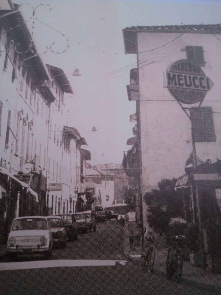 La ruga vista da nord negli anni '60. Notare l'insegna del Ristorante Meucci sulla destra.