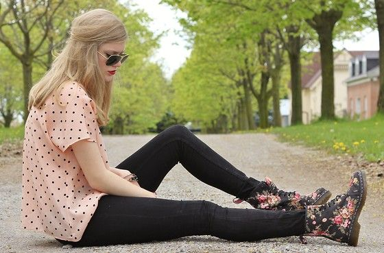 Floral Doc Martens (by Sydney Hoffman) http://lookbook.nu/look/3433769-Floral-Doc-Martens