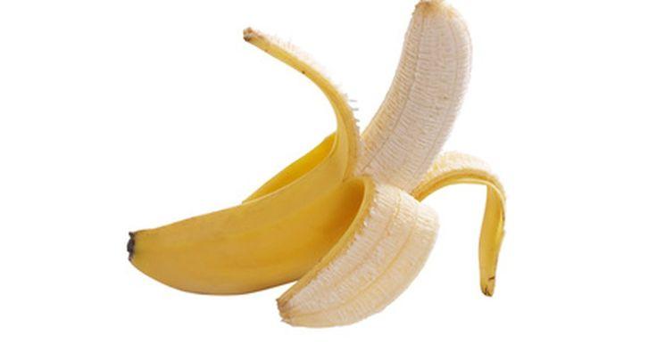 La forma correcta de pelar un plátano. Un plátano es una excelente fuente de componentes dietéticos importantes como la vitamina C, la vitamina B6 y el potasio. Desafortunadamente, a diferencia de las manzanas, los duraznos y otras frutas no puedes enjuagarlos y luego morderlos. En su lugar debes pelar la capa exterior dura, de color amarillo brillante para revelar la fruta amarilla ...