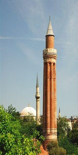 Yivli Minare(Antalya)Yivli Minare Külliyesi içerisinde camiinin hemen güneydoğusunda, XIII. yüzyıla ait bir Selçuklu eseridir. I. Alaeddin Keykubat tarafından (1219-1238) tarihleri arasında yaptırılmıştır.   Kare planlı bir kaidenin üstünde silindirik bir kısmı ve yarım sütun şeklinde gövdesi vardır. Oldukça kalın olan gövdeye bu yivli bölümlerle zarif bir görünüm kazanmıştır. Gövde kısmı tuğla ve firuze renkli çinilerden yapılmıştır. 8 Yivlidir.
