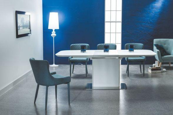 Stół PRADA to przepiękny stół do jadalni. Podstawa u samego dołu stołu wykonana została ze stali szczotkowanej, a na niej znajduje się noga z białego MDFu. Blat zrobiono z również z płyty MDF w kolorze białym jednakże na nim znajduje się szkło hartowane będące dodatkowym zabezpieczeniem dla stołu.