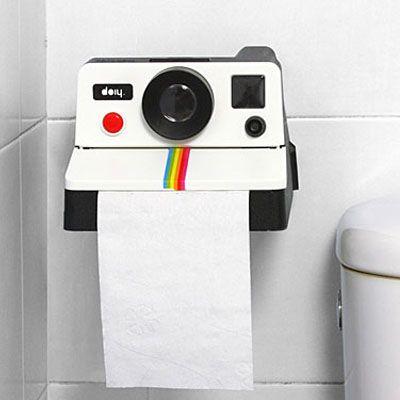 Para los amantes de la fotografía y los objetos inesperados llegaeste portarrollo de papel higiénico con forma de cámara Polaroid! El papel higiénico sale por donde solían salir las fotografías instantáneas y tiene un borde dentado para para cortar el papel a la medida que necesites. Viene con tornillos y tarugos listo para que lo cuelgues en la pared de tu baño!
