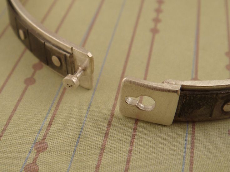 Here is a detail shot of the clasp opened.  In this photo you can clearly see the keyhole shape of the latch.