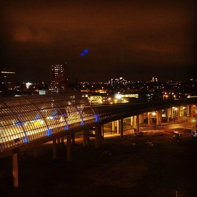 Diesmal schaue ich auf die Metrostation von Sloterdijk. Dit keer kijk ik op het metrostation Sloterdijk.  #amsterdam #sloterdijk #amsterdamsloterdijk #sloterdijkstation #aussicht #uitkijk #mercurehotel #mercuresloterdijk #amsterdambeinacht #amsterdambynight #amsterdamgram #amstergram #yumsterdam