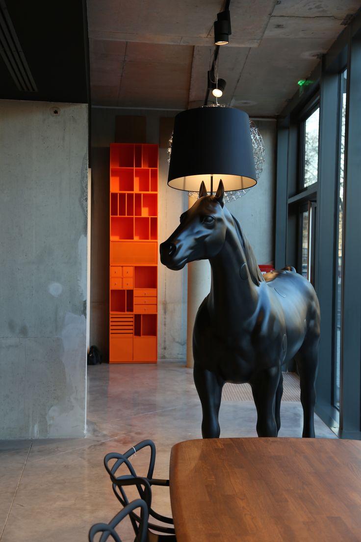 Lampadaire Horse Lamp de Moooi. Ce cheval grandeur nature de plus de 2 mètres est coiffé d'une lampe. Surprenant et inattendu, il crée un univers onirique et fantastique.