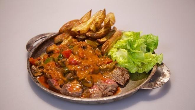 Biefstuk Stroganoff met Moroccan touch en ras el hanoutfriet - recept | 24Kitchen