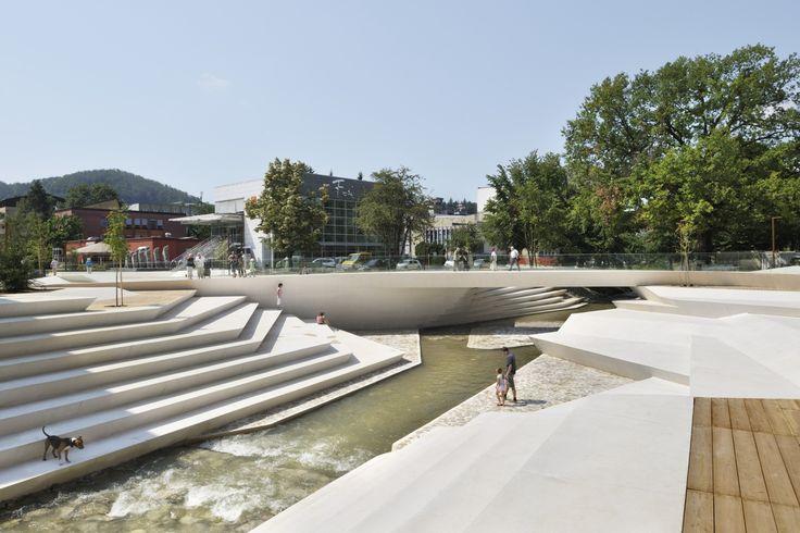"""Construído na 2014 na Velenje, Eslovênia. Imagens do Miran Kambič, Branko & Nik Navršnik. A """"Promenada"""" de Velenjeé um importante espaço da cidade além de seruma importante via.É um dos eixos centrais do centro de Velenje, uma jovem..."""