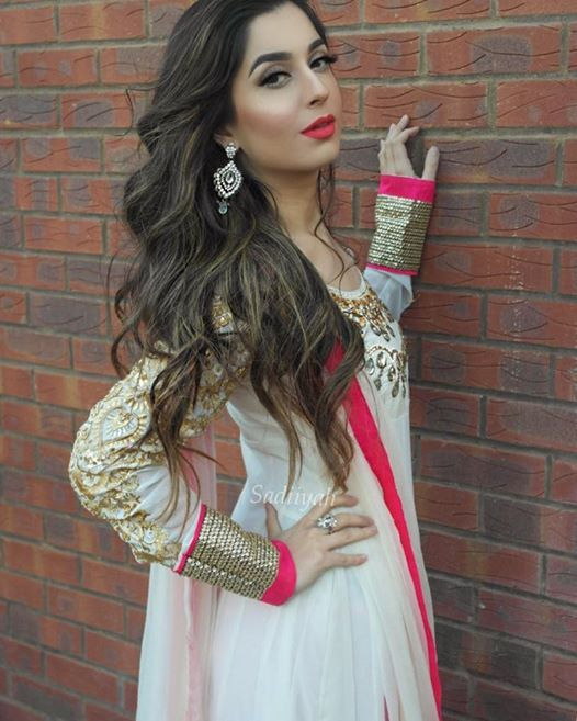 OMG this anarkali is stunning, love the color combo and her earrings! WANTTT