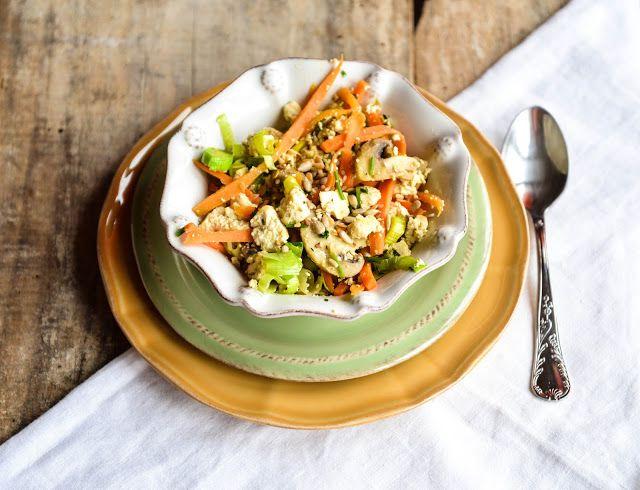 Tofu mexido com cogumelos e legumes