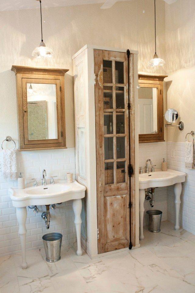 lavabos sur pieds et meubles en bois dans la salle de bains vintage