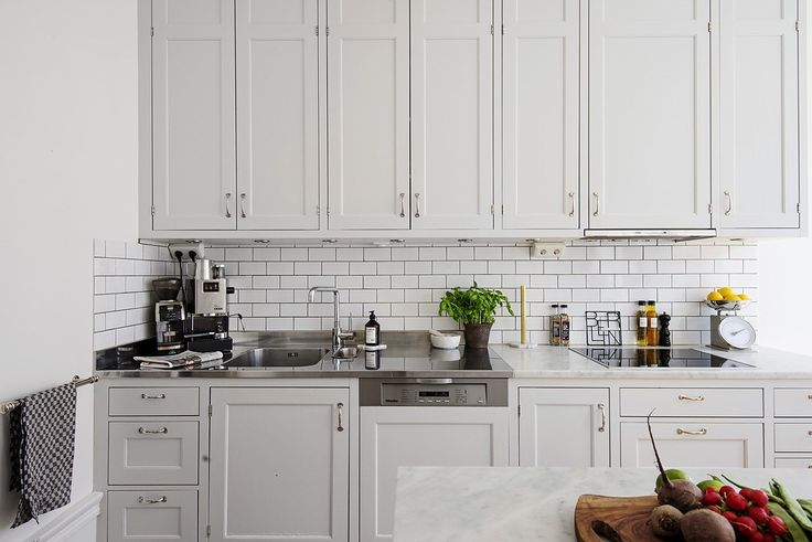 Platsbyggt kök med carraramarmor på Odengatan 94, 2 tr vid S:t Eriksplan - Fastighetsbyrån i Vasastan
