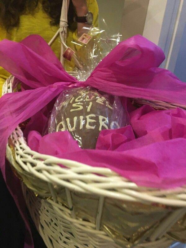 Original forma para entregar el regalo a los NOVIOS!! Huevo de pascua gigante relleno de chucherias, monedas de chocolate y dinero de verdad!! $$$ A los novios les encantó