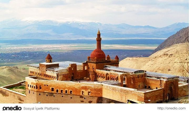 İshak Paşa Sarayı,Ağrı Doğubeyazıt İlçesi'nin 5 km. doğusunda, bir dağın yamacındaki tepe üzerine kurulan Saray, Osmanlı İmparatorluğu'nun Lale Devrindeki son büyük anıt yapısıdır. 18. yy. Osmanlı mimarisinin en belirgin ve seçkin örneklerinden olduğu kadar, sanat tarihi yönünden de değeri büyüktür. Sarayın Harem Dairesi Takkapı kitabesine göre yapılış tarihi 1784'tür.