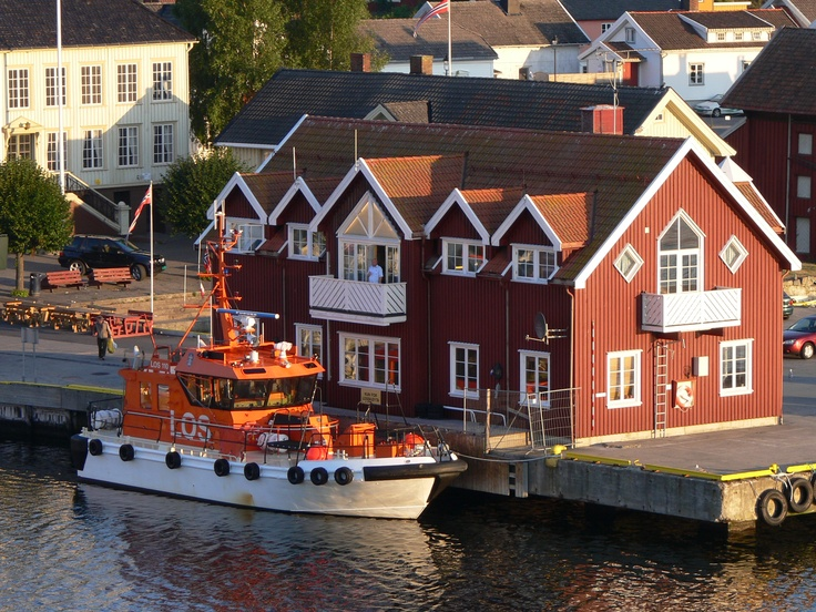 Langesund, Norway. http://upload.wikimedia.org/wikipedia/commons/3/3a/Losbaat_Langesund.jpg no Google