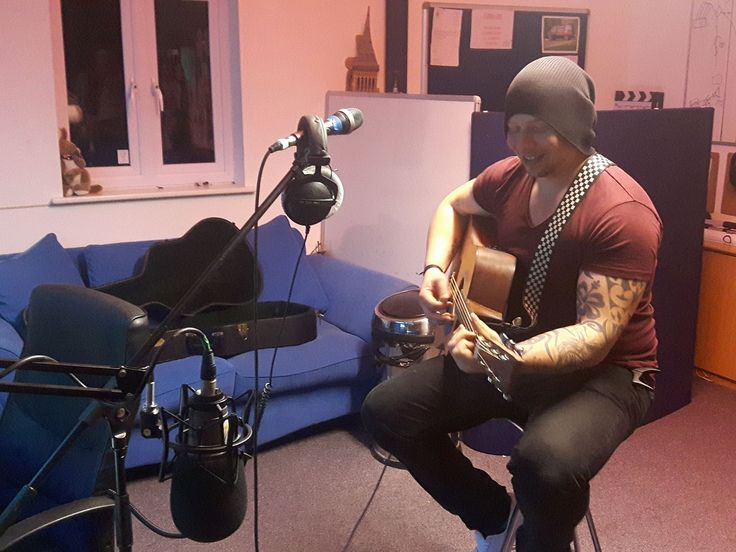Andy Robbins is live with us tonight and getting ready for his live gig. #FlashFmOxford Tune into http://flashfmoxford.co.uk and listen from 8pm #music #songwriter #singersongwriter #onlineradio #radio #internetradio #rock #blues
