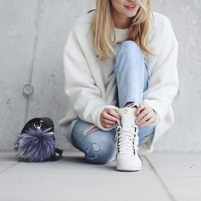 Εμφανίσεις με πλεκτά που μας εμπνέουν | Στις βόλτες του Σαββατοκύριακου φορέστε το φαρδύ πουλόβερ με τζην και λευκά sneakers. Ένα άνετο casual look που υιοθετούν όλες οι μπλόγκερ. | ELLE