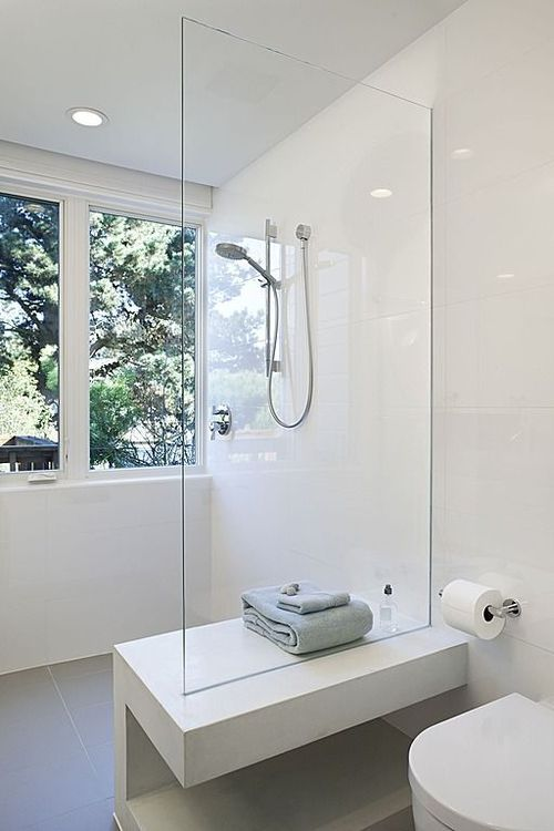 Douche à l'italienne, banc, tons neutres | wall-in shower with built-in branche, neutral shades