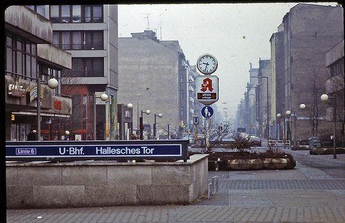 U-Bahnhof Hallesches Tor (Kreuzberg), 1982: Schön war die Zeit, als die Welt noch in Ordnung war - West-Berlin in pictures