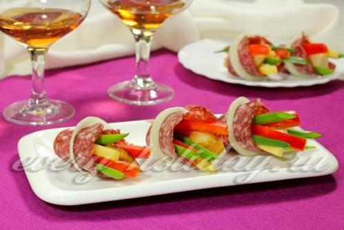 Канапе с салями, сыром и овощами