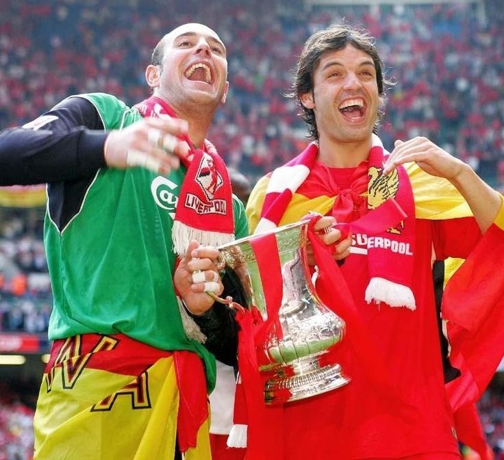 Pepe Reina and Fernando Morientes hold the FA Cup. #LFC