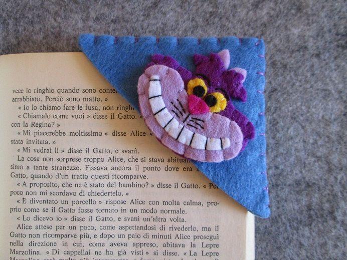 Felt corner bookmark; Cheshire Cat bookmark; Alice in Wonderland bookmark; handmade; Disney bookamrk; Segnalibro ad angolo con Stregatto - Segnalibro in feltro - Regalo per lettori - Segnalibro Alice nel Paese delle Meraviglie - Cucito a mano di TinyFeltHeart su Etsy
