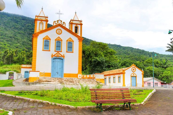 This is the church from Ribeirao da Ilha, called Nossa Senhora da Lapa and has been built in 1806. It is in the middle of the main square in Ribeirao and it's surrounded  by many other beautiful and colorful colonial buildings. This small city in Brazil is such a great place to find out more about the ancient colonies and their influences in Brazil's culture. And gastronomy!