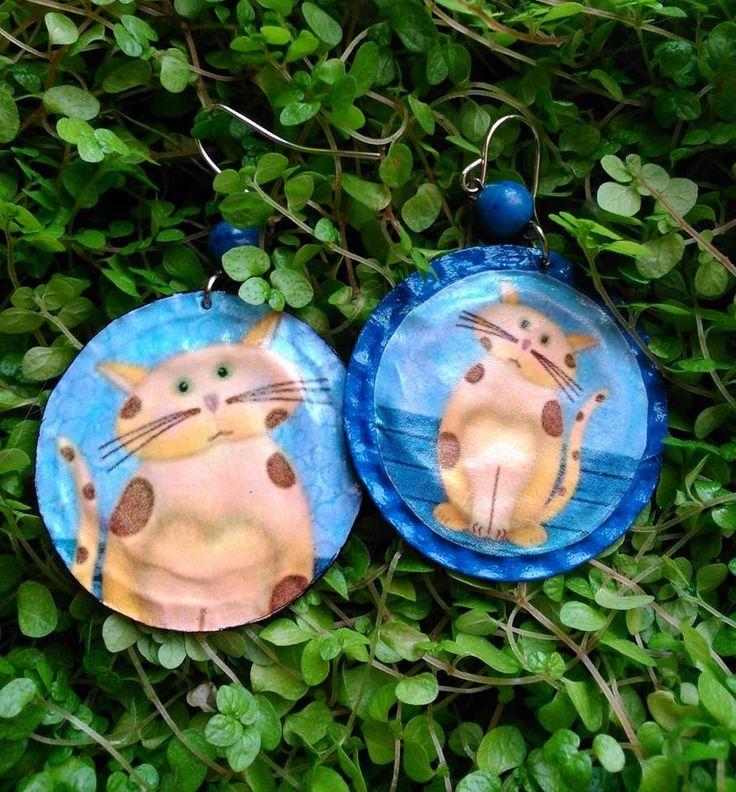 Boucles d'oreilles - Capsules de bouteilles aplaties - Chat sur fond bleu : Boucles d'oreille par fifille-brin-d-acier