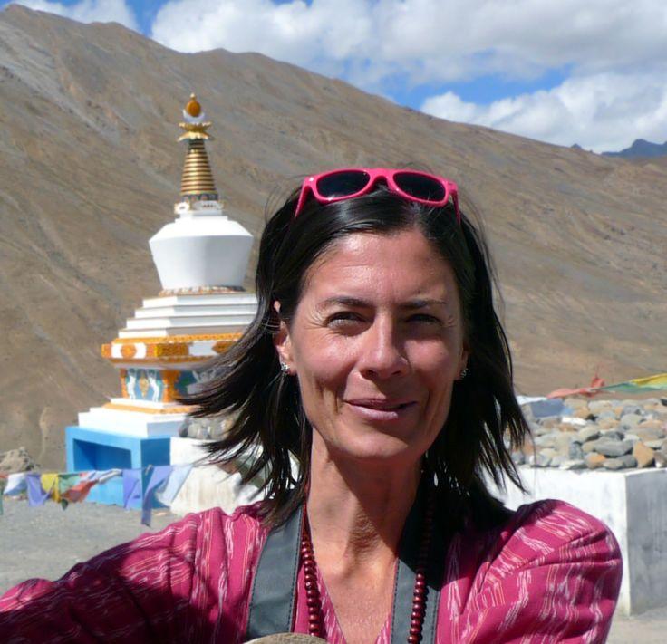 Artiste peintre, illustratrice et oiseau migrateur, Slavka Kolesar s'est posée dans le secteur est de la Colombie-Britannique, où elle vit et travaille. Elle est diplômée de l'Université de Toronto en beaux-arts et en histoire de l'art ; elle a également étudié la culture indienne à Santiniketan, en Inde. Elle aime lire, dessiner… et observer le ciel et ses mouvements. Le nom de l'arbre, qui paraîtra en février, est sa première collaboration avec Planète rebelle.