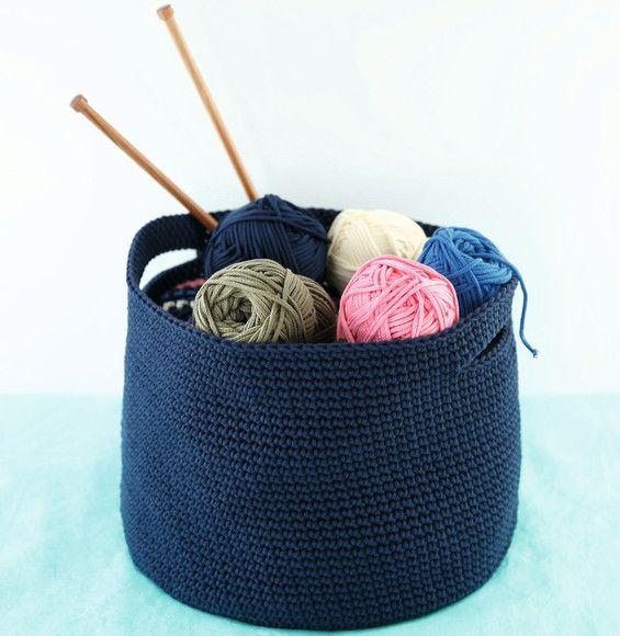 Ce modèle de corbeille en crochet est idéal pour y ranger son nécessaire à tricot. Modèle tricoté en 'decoration:underline;color:#6B7785;> Phil Corde ' coloris indigo en maille en l'air et maille coulée.Modèle n°07 du mini-catalogue N°591 : Accessoires et déco en crochet, tricot et macramé