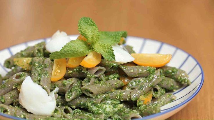 L'insalata di pasta pomodorini e baccalà è un rimo piatto fresco e leggero, perfetto sia a pranzo che a cena: realizzate il pesto con menta e rucola.