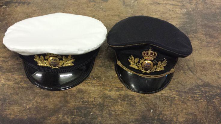 Uniformshuer for 2.-4. lønningsklasse (toldforvaltere fx.). Sommerudgaven er med hvidt huebetræk, vinterhuen uden.