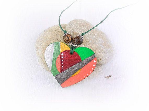 Collana moderna, semplice, colorata, dipinta a mano, con ciondolo di legno a forma di cuore; idea regalo per ragazza e amica. By ModernNecklaceArt #italiasmartteam #etsy