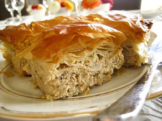 Η μανούλα Παναγιώτα μένει στη Νεάπολη Λακωνίας και είναιφανατική της κουζίνας! Είναι ένα απο τα πιο χρυσοχέρικα κορίτσια της παρέας αφού κάθε φορά μας τρελαίνει με τις συνταγές που μας στέλνει!Οι οποίες σημειωτέον είναι πάντα εγγύηση! Tα υλικά μας: 1 στήθος κοτόπουλου βρασμένο και ψιλοκομμένο 1 πακέτο φύλλο χωριάτικο 1 πιπεριά ψιλοκομμένη 2 κρεμμυδάκια φρέσκα ψιλοκομμένα 1 πράσο ψιλοκομμένο 250gr. Gouda τριμμένο 250gr. Edam τριμμένο 250ml κρέμα γάλακτος 1 αυγό αλάτι-πιπέρι Παρασκευή…