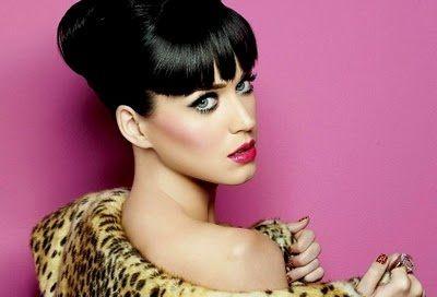 Katy Perry ha scelto una frangia corta e dritta.