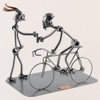 Schraubenmännchen Fahrradrennen.Schnell noch einen Schluck aus der Trinkflasche und dann kann der Berganstieg beginnen.33.99€.You want this?Look here: www.stahlmaennchen.de/fahrzeuge/fahrraeder/fahrradrennen-832.html
