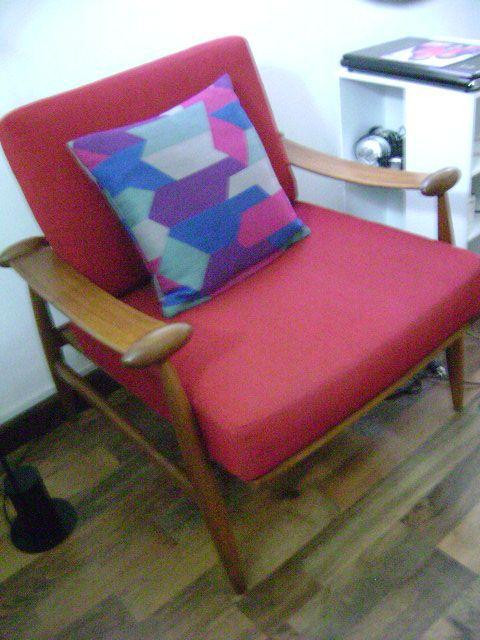 Otra bella pieza de colección, la butaca Spade Stol de Finn Juhl, esta es una reproducción de los años 60, vendida por un dealer de muebles daneses de colección en Caracas. El cojín es de BoConcept, tenemos una pequeña colección de estos, son telas de calidad con bellos diseños.