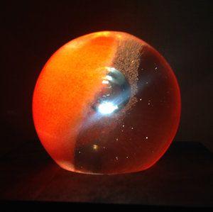 Sunset Lampa är ett nytillskott i i den uppskattade Universe Collectionen. Lampan belyses undertill med en LED lampa, där ljuset reflekteras i kristallkulan mot röda bakgrunden som belyser rummet med ett rött sken.