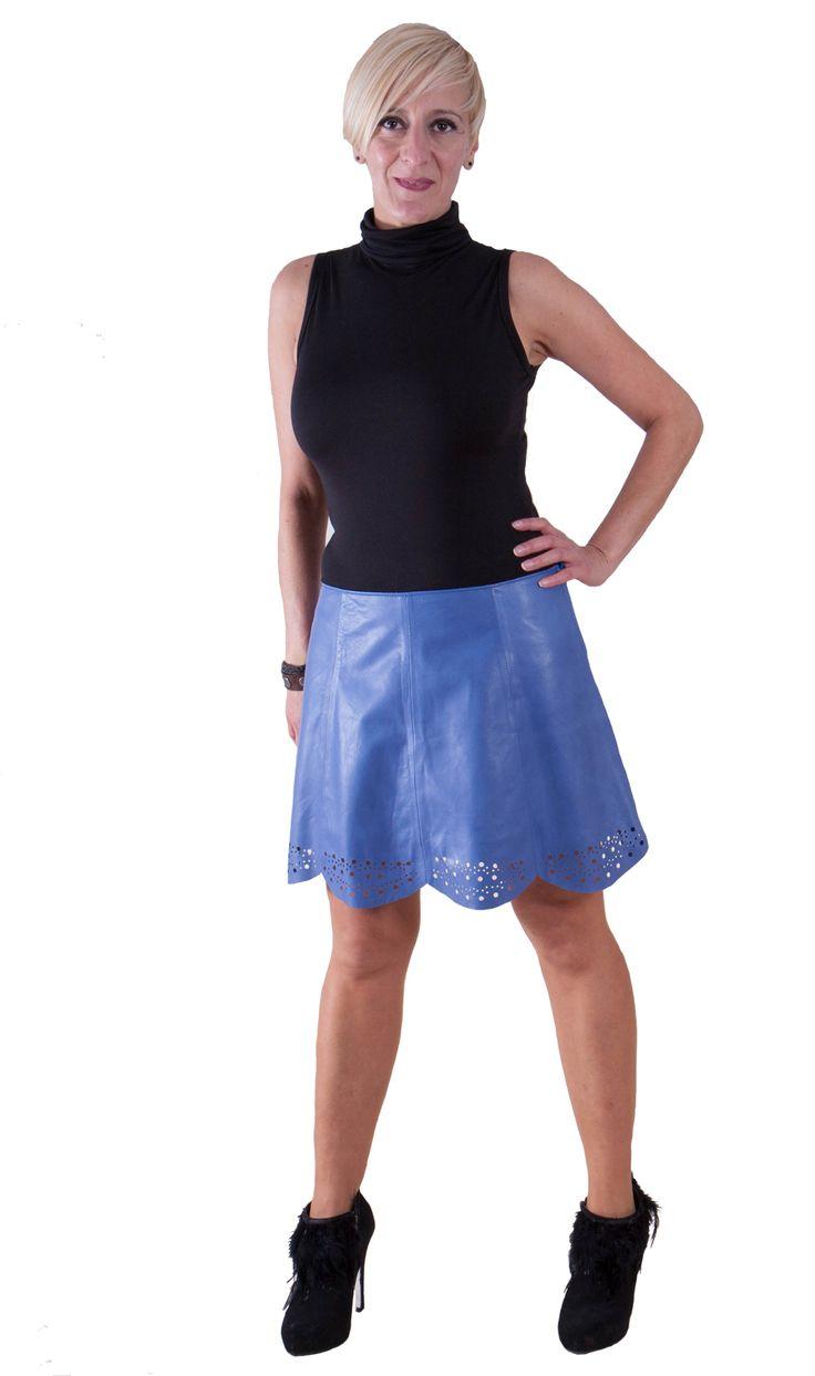 Falda de piel con cremallera lateral con adorno calado  Frabicamos todos nuestros articulos de manera artesanal por eso podemos ajustar tu prenda a tus medidas sin cargo adicional
