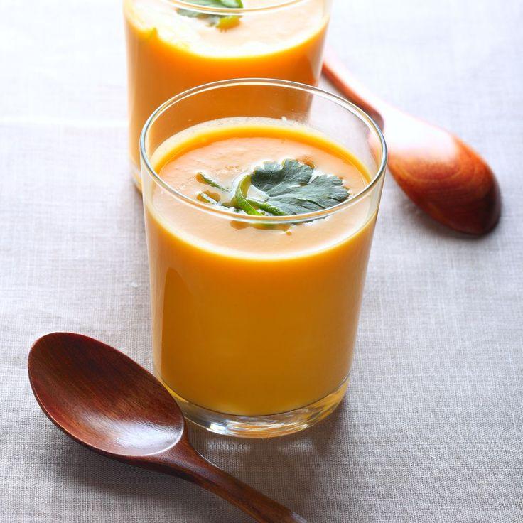 Bereiden:Maak de wortels schoon en snijd in stukjes. Pel en snipper de ui en knoflook. Smelt in een soeppan een beetje boter en bak de groenten hierin zachtjes aan. Voeg bouillon en sinaasappelsap toe en breng aan de kook. Laat ca. 20 min. zachtjes doorkoken. Pureer de soep met een staafmixer.Serveren:Werk af met fijngesneden peterselie.