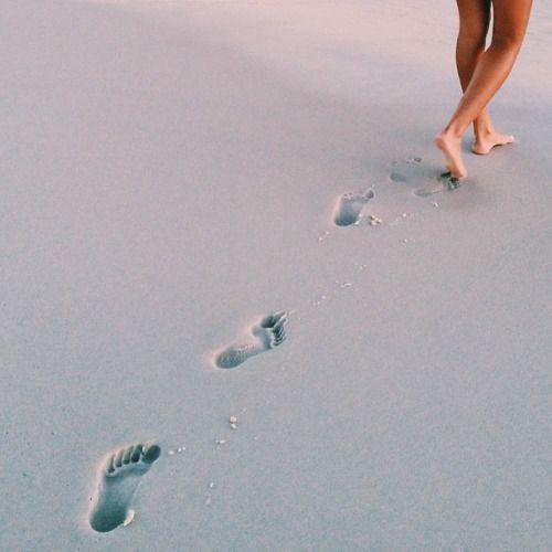 Foto das pegadas na areia molhada