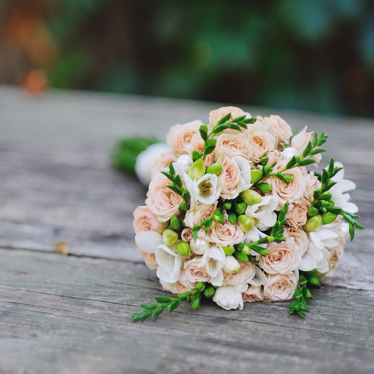 Свадебный букет из кустовой розы и фрезии