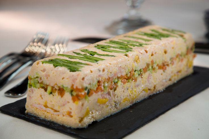 Recette Terrine de saumons et langoustines aux petits légumes - Envie de bien manger. Plus d'idées recettes spécial Noël ici : http://www.enviedebienmanger.fr