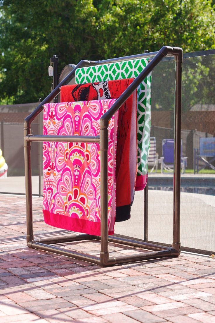 Wide three-tiered towel stand made of pvc.