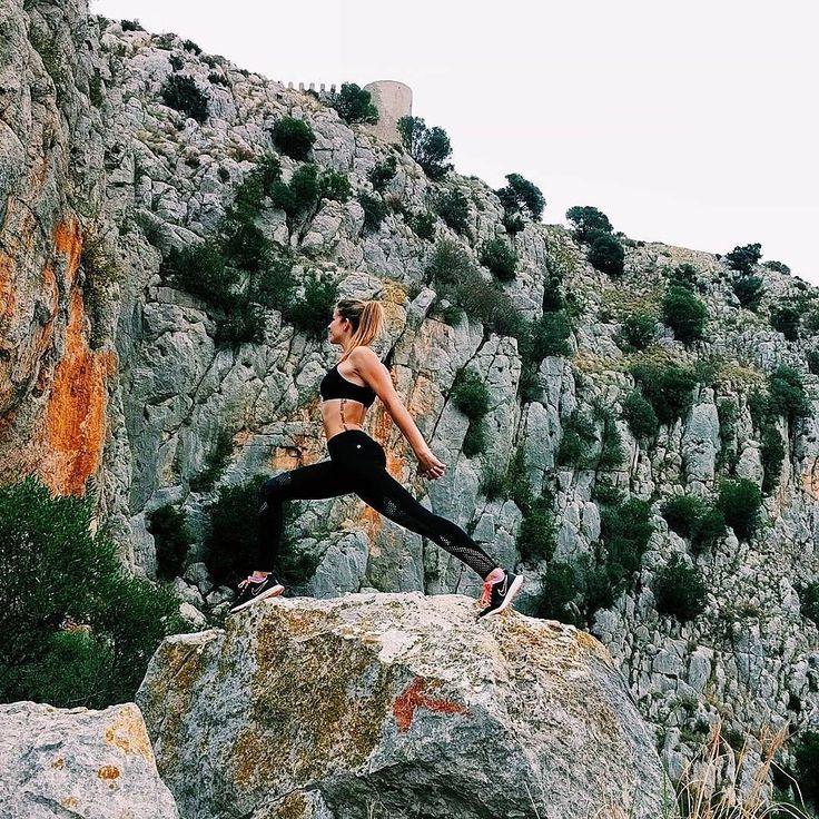 Wow! Wir wollen dahin gehen wo @ainania_yoga ist und mit ihr trainieren!  Was für ein fantastisches Bild von ihr in der Clover Leggings im Nocturnal Floral Print! #Yoga #Berge #Outdoorsport