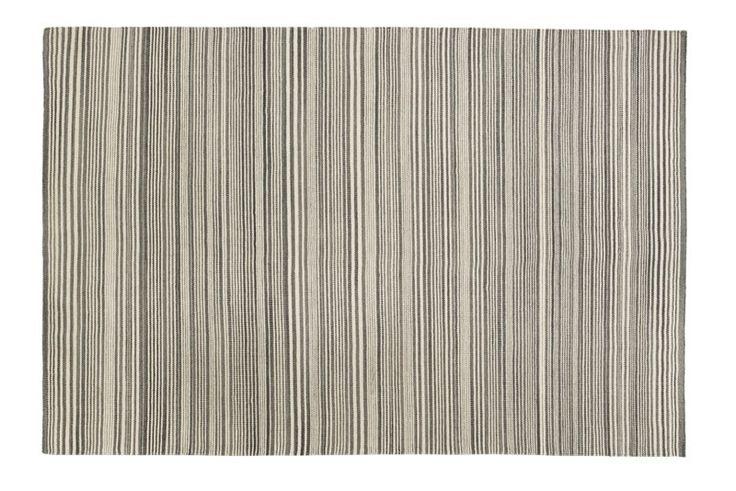 Fabula+Vinca+Minor+tæppe+-+Lækkert+håndvævet+kelim+tæppe+i+grå.+Tæppet+er+fremstillet+i+Ren+uld+vævet+på+bomuldssnor,+der+sikrer+en+god+holdbarhed.+Tæppet+er+håndlavet,+og+der+kan+derfor+forekomme+små+variationer+i++vævning,+farve,+design+og+størrelse.