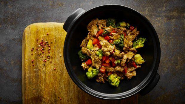 Na gril můžete směle postavit i pánev nebo wok a připravit na něm rychlá restovaná jídla. Šťavnaté hovězí s brokolicí a paprikou je prostě výtečné...