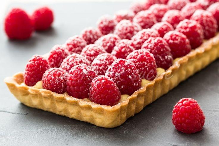Recette de Tarte aux framboises, pâte sablée à l'amande et crème pâtissière vanillée! : la recette